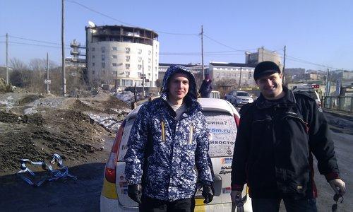 Добрые парни, вытащившие Калинку. Спасибо вам, ребята! :) На заднем плане валяется порванная шкворка