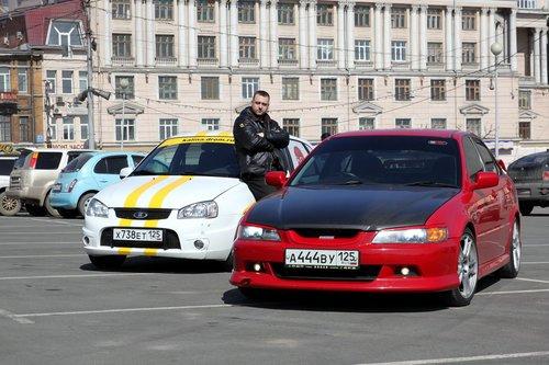 Максим и пара спорт-каров