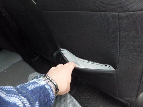 На переднем пассажирском сиденье есть задний карман