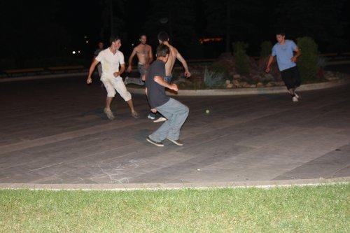 Около 4-х часов ночи, мы в центре Уфы. А там — футбол с теннисным мячиком