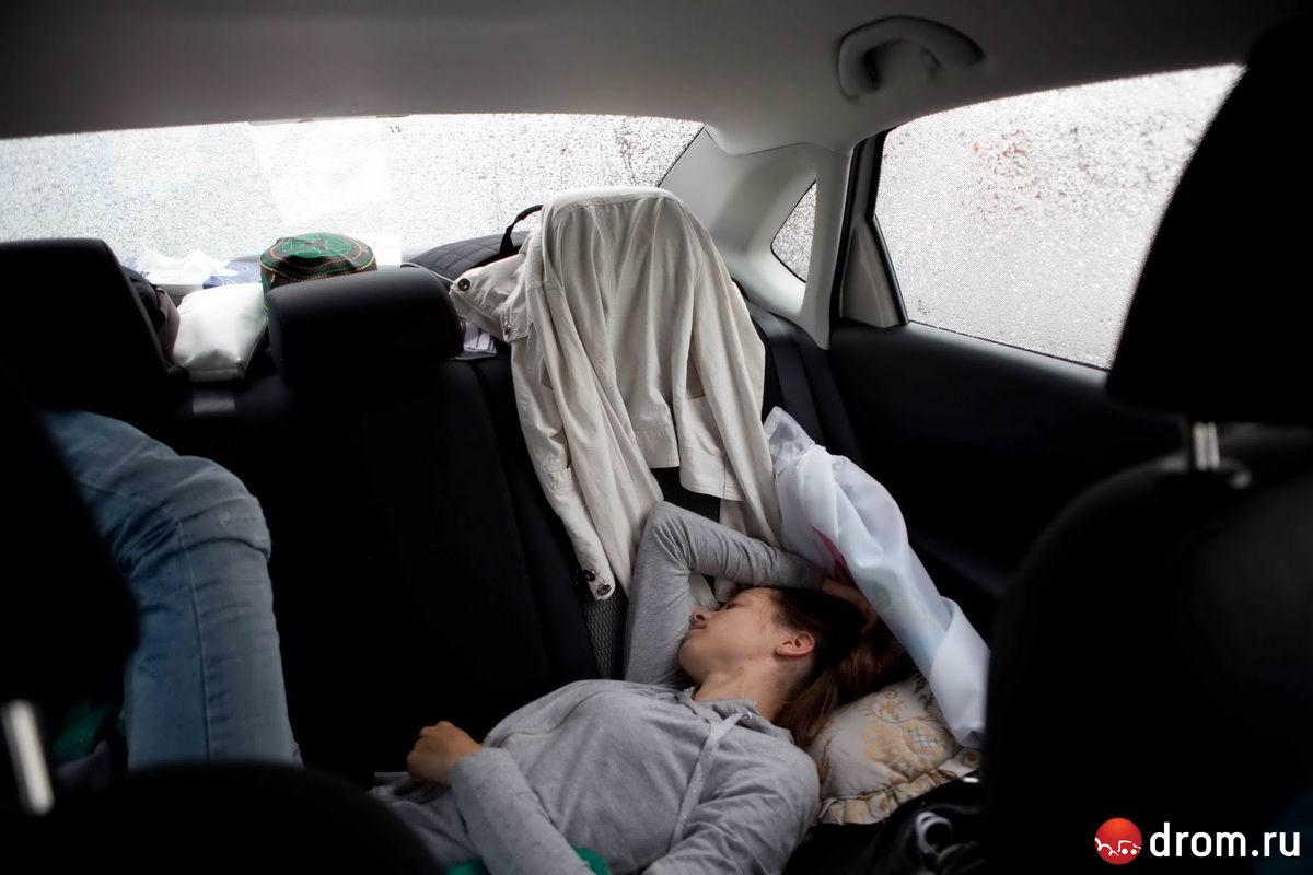 девушки в машине фото сзади