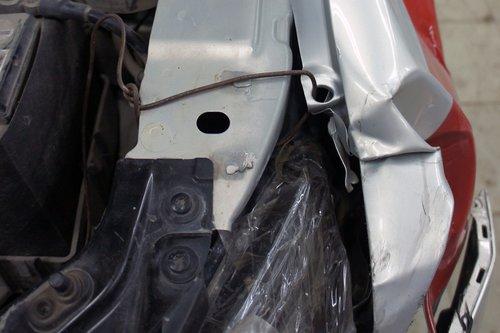 При ударе крыло своим «клювом» зацепилось за бампер Хонды с такой силой, что вырвало кронштейны крыла, а само крыло завернулось до водительской двери. Силами форумчан крыло было подправлено и притянуто к лонжерону проволокой — чтобы не топорщилось и не мешало открывать водительскую дверь