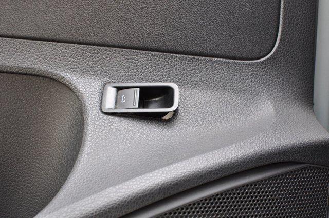 Клавиша электрозамка багажника «вылезла» из родного гнезда на двери