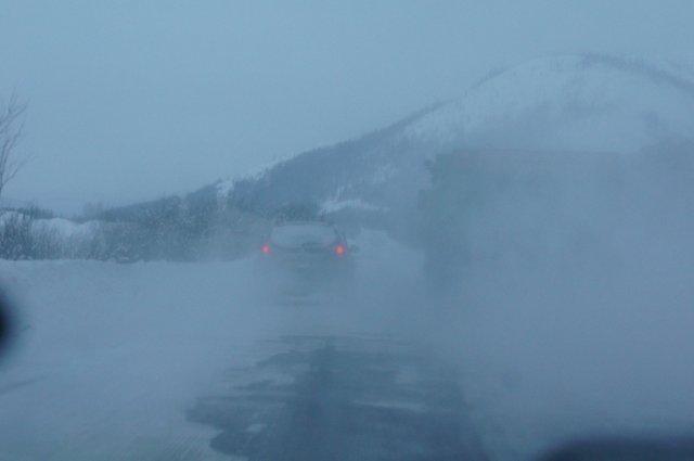 Обогнать не просто — попутка дымит и поднимает снежную пыль...