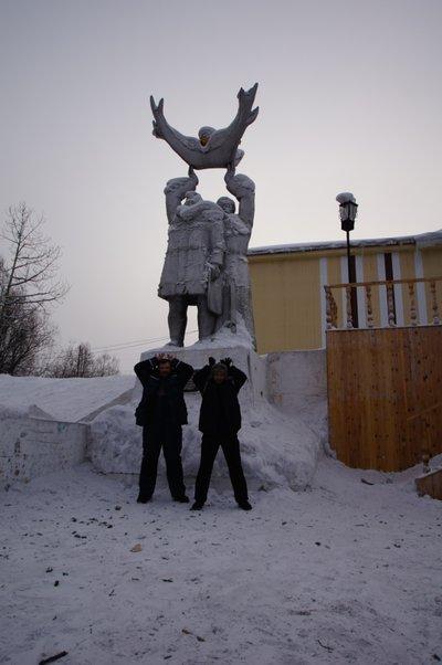 Национальное наследие Алдана — памятник «Мужики с рогами» и их благодарные потомки... Бггг