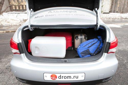 «Бездонное» 500-литровое чрево легко поглотило 60-литровую канистру и немаленькие чемоданы. А вот с длинномерами такой трюк не пройдет — заднее сиденье не складывается вообще.