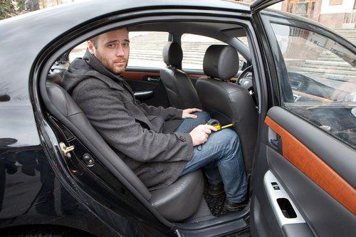 Испытатель Drom.ru наглядно демонстрирует, как себя будут чувствовать пассажиры разных автомобилей в дальней дороге.