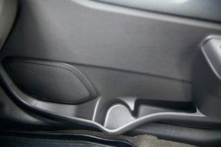 На передних дверях Chevrolet широкие карманы (первое фото) — в каждый без проблем войдет по полуторалитровой бутылке. Аналогичные емкости Almera (второе фото), несмотря на характерные выемки, высокую и толстую бутылку не вместят.