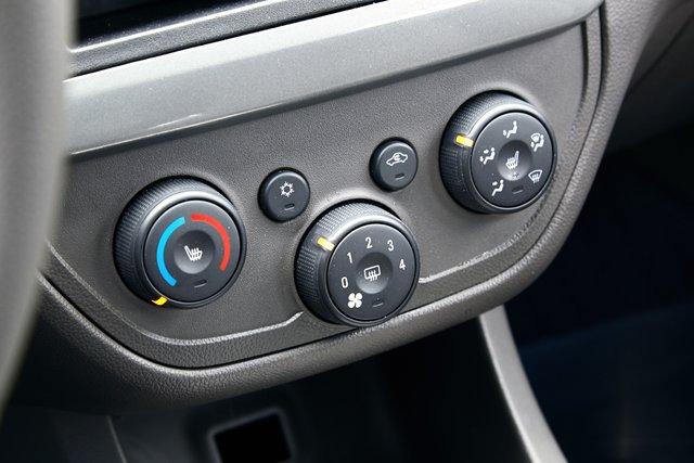 За климат в салоне Chevrolet отвечают три вращающихся регулятора, внутри которых «притаились» кнопки подогрева сидений и заднего стекла. Компактно и удобно!
