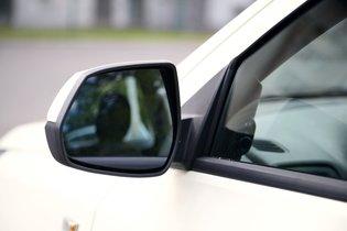 Зеркала Nissan Almera (второе фото) чуть больше в высоту, но чуть меньше в ширину.