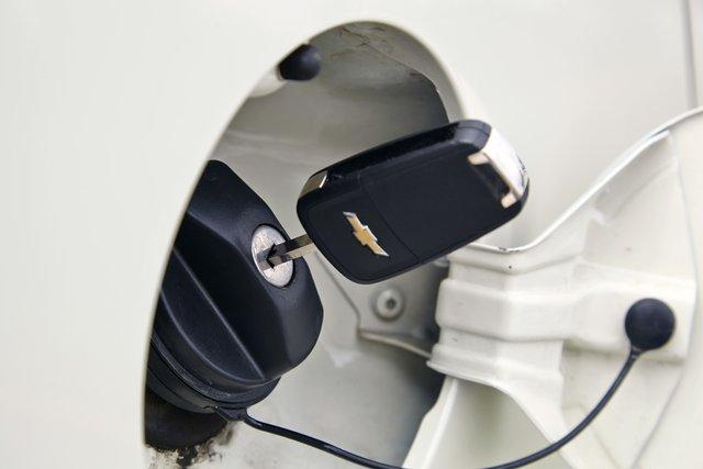 Как и на Almera, крышка бензобака Cobalt открывается только с помощью ключа зажигания — неудобно. Хорошо хоть носить ее с собой не придется — ключ из открытой «пробки» можно достать.