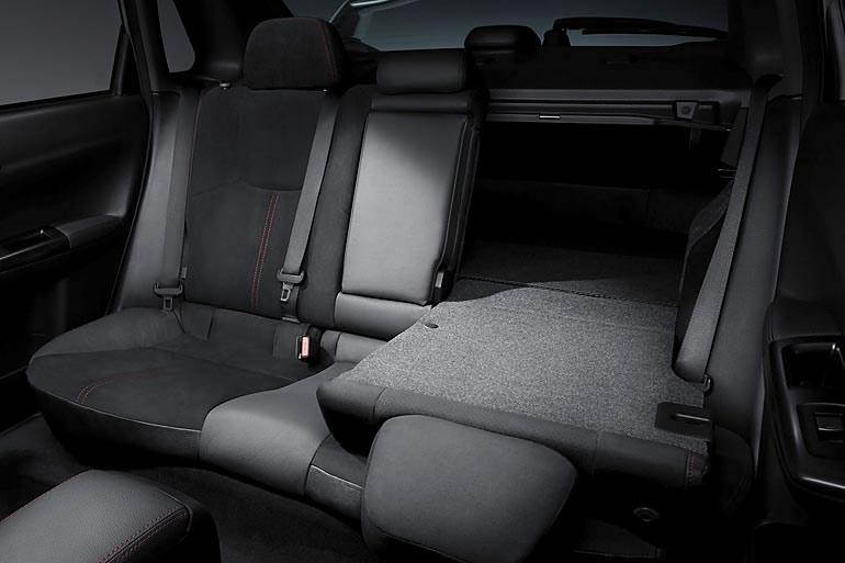 Задние сидения в седане откидываются для увеличения багажника