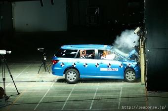 Лобовое столкновение на Nissan Wingroad проводилось на расстоянии 180 м от препятствия на скорости 55 км/ч с последующим лобовым ударом.