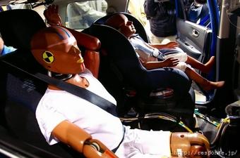 Для манекена ребёнка, сзади установили специальное детское сиденье Takata 04-neo, которое в прошлом году получило много положительных оценок по безопасности.