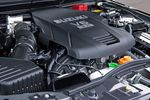 На фотографии — новый 3,2-литровый мотор, которым теперь оснащается более мощная модель Escudo. Он разработан на базе 3,6-литрового двигателя, выпускаемого компанией General Motors. Впускные клапана — с плавно изменяемыми фазами и величиной открытия. В контрольном режиме 10/15 расход топлива таков, что автомобиль способен пройти на одном литре 9,2 км.