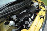 Силовая передача заимствована у автомобиля eK Wagon, машина самой недорогой категории S оснащена 3-ступенчатым «автоматом», а на более дорогой версии «автомат» уже 4-ступенчатый. Усовершенствованию подверглась и системы управления двигателем, благодаря чему удалось добиться некоторого снижения расхода топлива. На снимке представлен двигатель с атмосферным впуском, чистота выхлопа у которого на 25 процентов выше, чем предусмотрено эко-нормативом 2005 года. А по количеству потребляемого топлива он соответствует стандарту 2010 года, принятого в отношении переднеприводных моделей, а также моделей 4WD с 4-ступенчатыми автоматическими трансмиссиями. Что касается модели с турбированным двигателем, то тут стандарт «2005» превышен на целых 50 процентов.