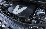Турбированный дизельный V6 с технологией Bluetec объемом 3.0 л выдает всего 210 л.с., но при доступных уже на 1 600 оборотах 539 Нм крутящего момента он легко справляется с буксировкой 3,2-тонного прицепа.