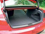 Возможности и без того довольно вместительного багажного отсека «Ауди» можно существенно расширить, если сложить спинки заднего сиденья.