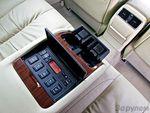 В подлокотнике пульт управления комфортом: регулировки аудиосистемы и климат-контроля, подогрев и вентиляция сидений.