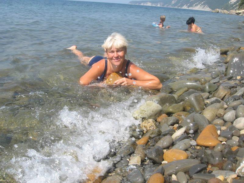 zagorayushie-devushki-topless-na-morskom-beregu-foto