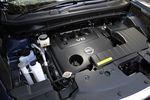 Обе версии двигателя для нового Murano остались практически неизменными со времен первого поколения, однако, благодаря доработке мелких деталей и подгонке к вариатору, бензиновые аппетиты в контрольном режиме были значительно уменьшены. Теперь V6 на одном литре топлива может пробежать 9,3 км, тогда как его 4-цилиндровый собрат — 11,4 км (замечу, раньше расход равнялся 8,9 и 10,6 км соответственно). Фото: 3,5-литровый V6.