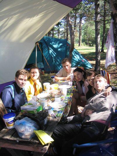 Будем знакомы — слева направо: Алексей (друг Вадима), Юля (подруга Алексея), Вадим (свежеиспеченный муж Инны), Инна (сестра Юли), Юля (моя жена), Коля (это я)