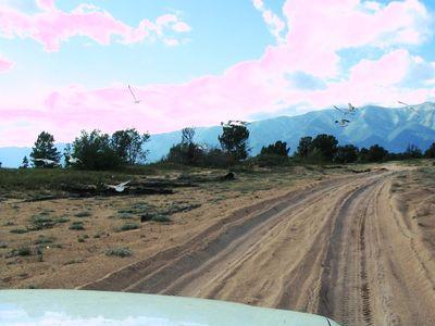 Дорога не автобан, подвеску жалко, но едем, куда ж мы денемся.