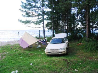 лагерь, справа в лесу палатка.