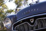 Решетка радиатора выполнена в стиле американских автомобилей 1950-60х гг. Характерная тенденция того времени.