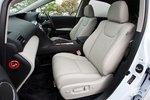 Сиденья RX450h, в зависимости от модификации, обшиты либо полуанилиновой кожей (на фото), либо текстилем. Пассивная безопасность обеспечивается фронтальными и боковыми подушками безопасности водителя и переднего пассажира, подушками для защиты коленей, передними и задними шторками безопасности, а также задними боковыми подушками.
