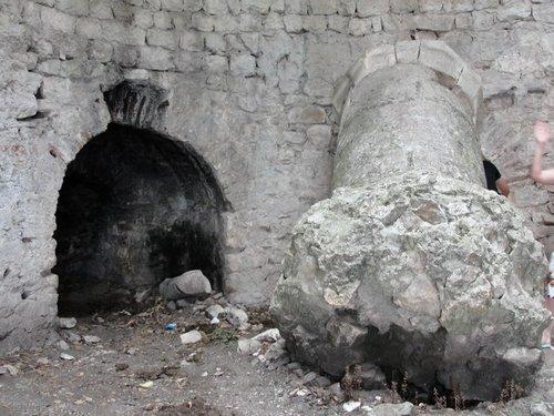Развалины одной из сторожевых башен.