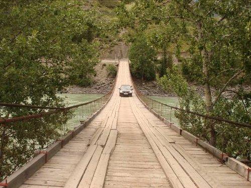 Подвесной мост возле слияния.