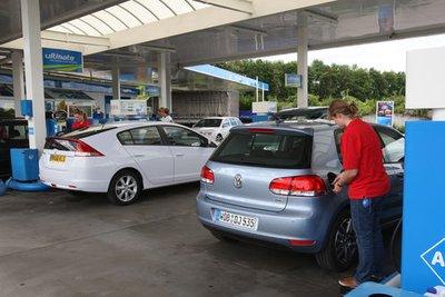 VW Golf Bi-Fuel и Honda Insight выступают в экологическом сравнительном тесте.
