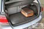 Под ковриком багажника находится бак для газа.