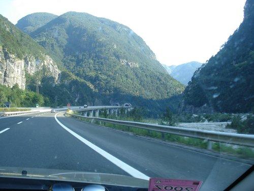 Типичный пейзаж — автобан в Италии.