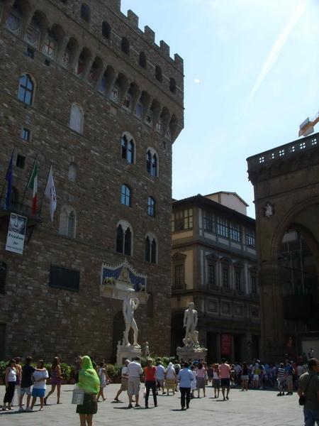 Копия статуи Давида стоит у замка Веккьо на площади Синьории.