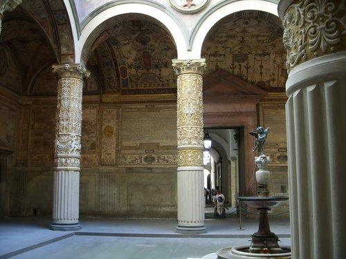 Рядом расположена галерея Уффици.