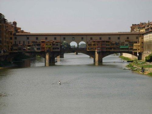 Один из старейших мостов в Европе — мост Веккьо.