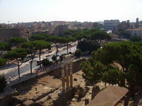 Вид на форумы, развалины и Колизей с пантеона Славы.