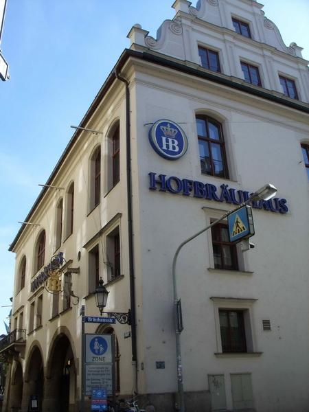 Хофбраухауз — пивнуха, где любил посидеть Ленин и где начинал Гитлер.