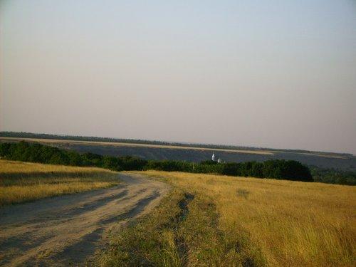 Выезд из деревни в поля. Примерно такая дорога ведет на Соленое озеро, о нем будет ниже.