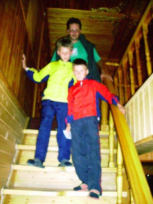 Вот такая лестница в гостинице. На каждой ступеньке только половинка доски, поэтому начинать подниматься и спускаться нужно с левой ноги.