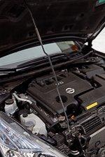 Поднимать капот приходится «не гламурно» — газовых подпор на топ-версии нет. Работа водителя? Нет, скорее одно из обоснований цены.
