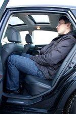 Рост пассажира — 189см, но на удивление сам за собой он поместился впритык. Коленями касался спинки сидения, а голова пару сантиметров не доставала до потолка.