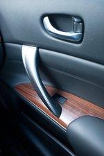 Приятная деревянная отделка двери переднего пассажира.