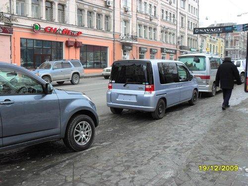 Во Владивостоке — городе больших машин, внедорожников и минивэнов, наша «мобилка» кажется совсем маленькой ).