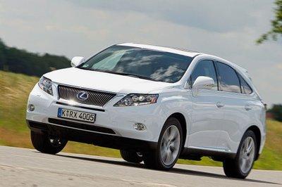 Игра снова и снова повторяется. По населенным пунктам Lexus едет хоть и с излишней жесткостью, зато практически бесшумно. Лишь время от времени автомобилю требуется помощь бензинового двигателя, который при необходимости плавно подключается.