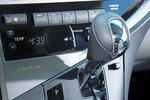 В Lexus RX450h удобно расположен рычаг переключения скоростей автомата.