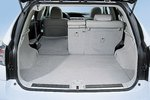 Из-за огромной батареи гибрида пол багажного отсека получается относительно ровным. Опциональная система защиты от качения ограничивает крены кузова в крутых поворотах.