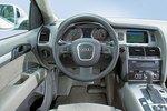 В могучем Audi привлекает несколько более удобная для обзора панель управления.